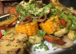 close-up imagem de legumes grelhados no el del frente em havana velha, cuba